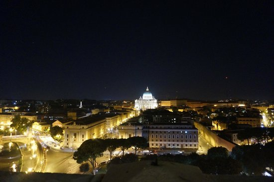 Castillo de Sant'Angelo: View at St. Peter's Basilica from the top of Castel Sant'Angelo at night