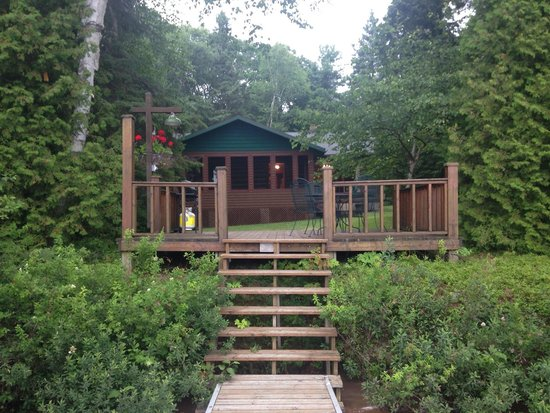 Hay Lake Lodge and Cottages: Our cabin - no. 5 from our Dock