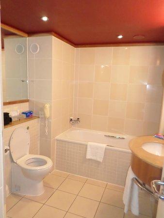 Mercure Bristol Brigstow Hotel: Bathroom 3rd flr river view