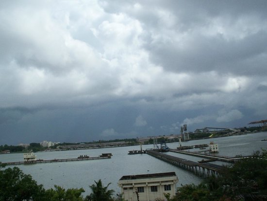 Bharat Hotel : View of Willingdon Island from Hotel room during onset of Monsoon