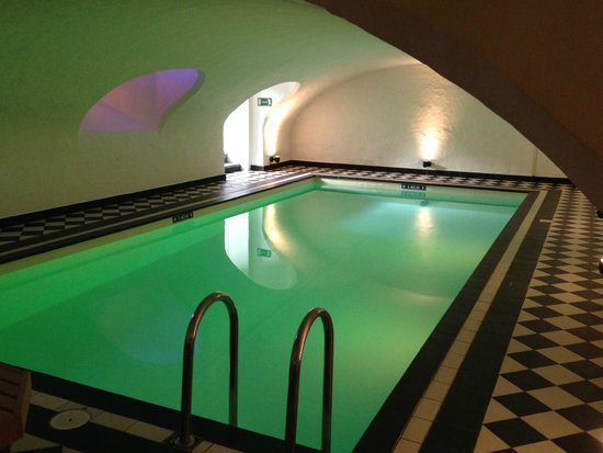 Hotel Navarra: Lovely swimming pool with changing colour lights