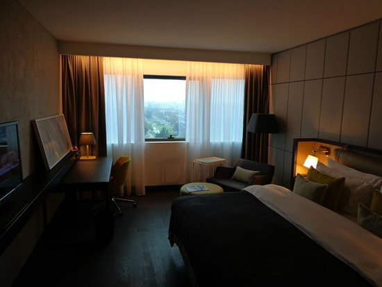 Crowne Plaza Belgrade: nice wide window and you can open it