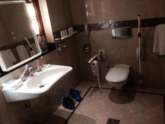 Kempinski Hotel Corvinus Budapest: Baño adaptado