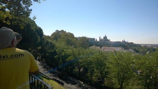 BajaBikes Madrid: Uitzicht vanuit het park op het oude Madrid