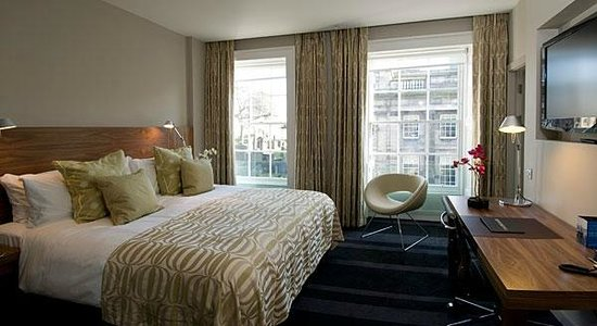 Apex Waterloo Place Hotel: Our room was this type, with large windows, excellent bed, & good storage