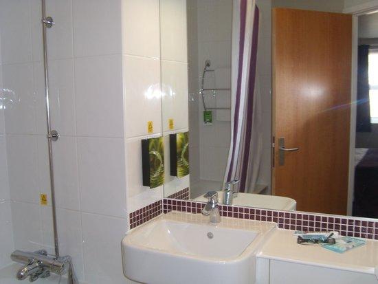 Premier Inn London Beckton Hotel: Clean bathroom with soaps/shampoo dispensers