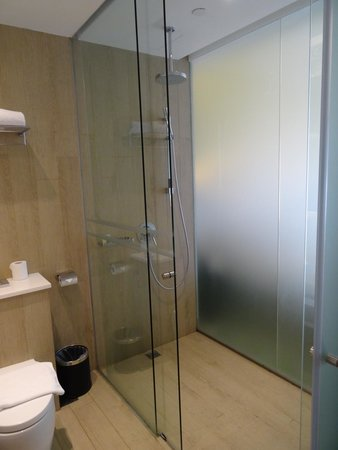 Village Hotel Katong by Far East Hospitality: Shower