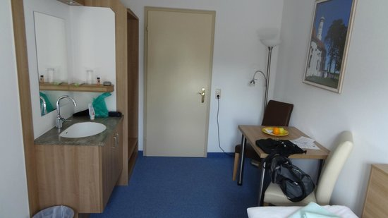 Schlossrestaurant Neuschwanstein: 風呂、トイレ共同ですが、部屋に洗面台は有り