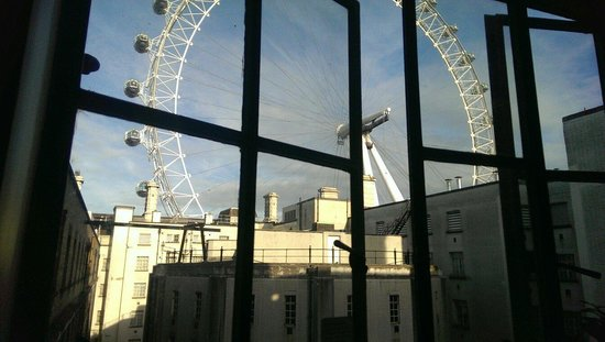 Premier Inn London County Hall Hotel: View of London Eye from 6th Floor Lobby