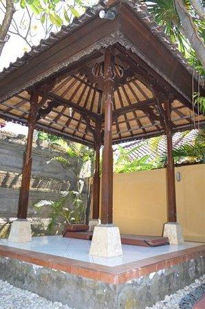 Surya Mas Villa : Relaxation spot near the pool