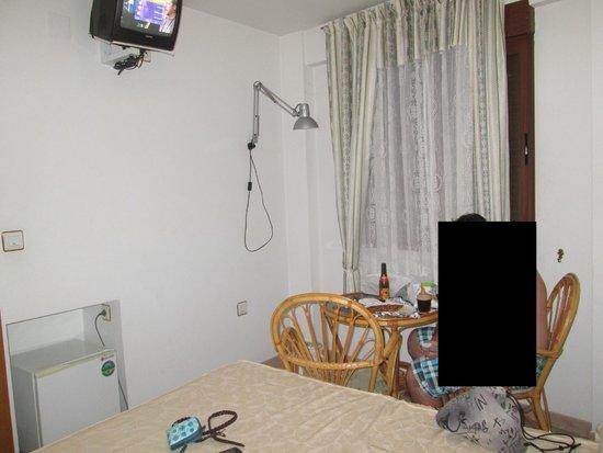 Hostal Yuste: Mediocre foto de la habitación, la tomamos deprisa, pero para hacerse una idea...