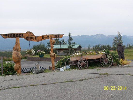 Pioneer Ridge Bed and Breakfast Inn: UNIQUE ENTRY SIGN & FLORAL WAGON