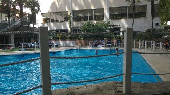 Melia Castilla: Zwembad vanaf het terras bij de poolbar