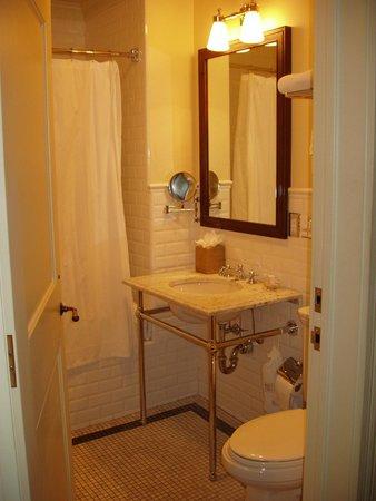 New Sheridan Hotel: Bathroom