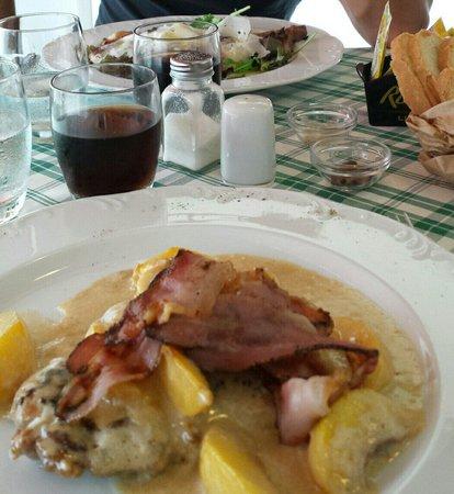 Ristorante Deco: Costoletta di maiale con pesche e pancetta croccante in primo piano, in secondo tagliata rucola