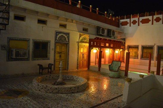 Krishna Prakash Heritage Haveli: A l'intérieur de l'hôtel, de nuit