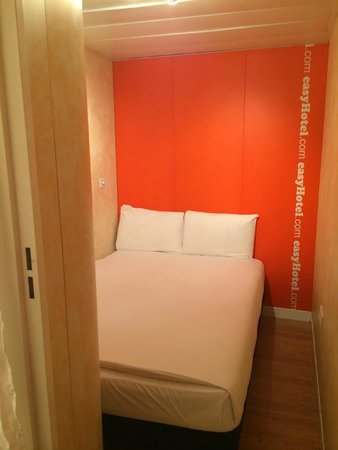 easyHotel London Earls Court: Room view from the door