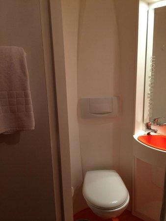easyHotel London Earls Court: Toilet