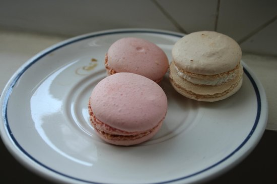 L' Hotel Pergolese Paris: Macarones from the next door bakery