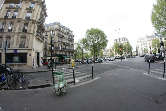 L' Hotel Pergolese Paris: Fish eye view from the street area