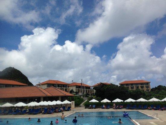 Club Med Ishigakijima : バーからのプール方向