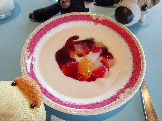 The Green Leaf Niseko Village : グリーンリーフの朝食ビュッフェ。フルーツポンチのヨーグルト掛け