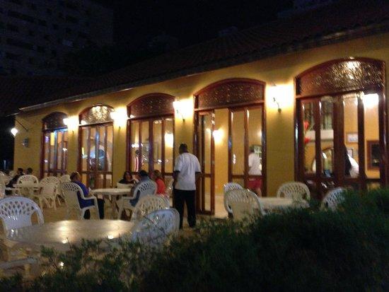 Hotel San Martin Cartagena: Vista noturna da parte externa do hotel