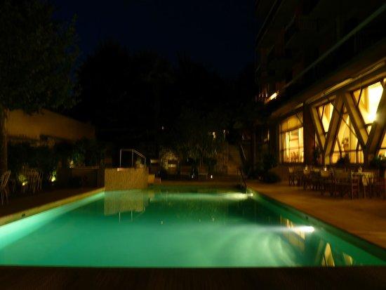 Hotel Torretta : la piscine et la salle de restaurant
