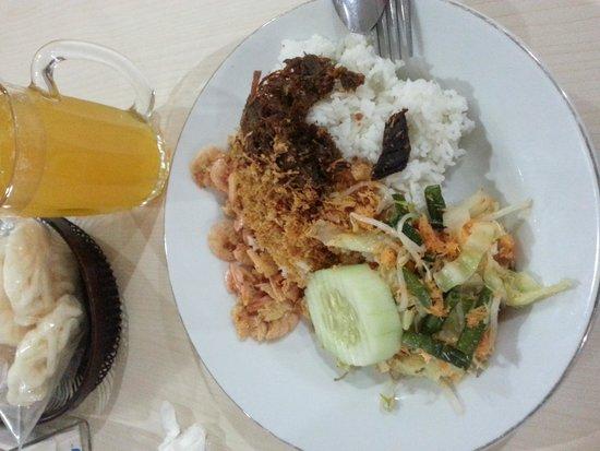 Bu Rudy Dharmahusada : Nasi Udang Empal + Urap