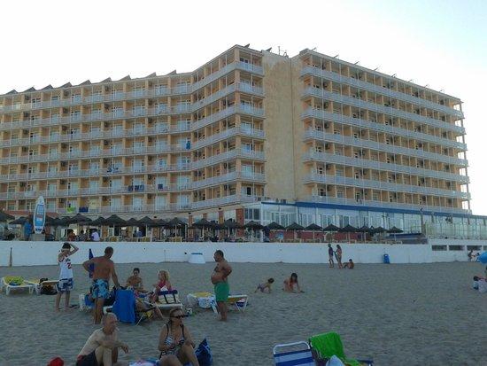 Hotel Entremares: Vista del hotel desde la playa