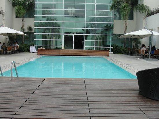 Radisson Poliforum Plaza Hotel Leon: piscina e restaurante loob bar