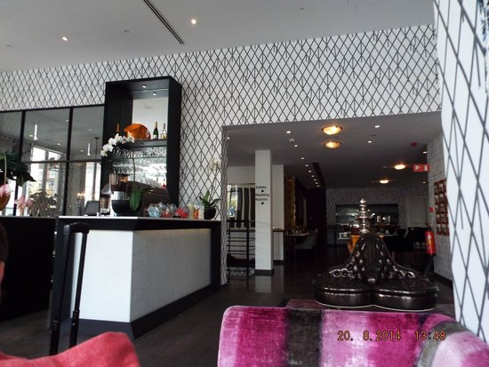 Sandton Hotel Pillows Brussels: Breakfast room and bar in entrance
