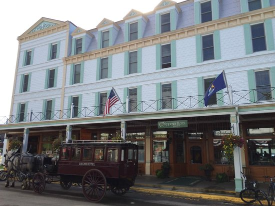 Chippewa Hotel Waterfront: Hotel on Main Street