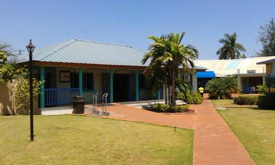 Toby's Resort: Das Gebäude links ist der Empfangsbereich