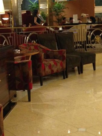 Sheraton Saigon Hotel & Towers: Mis-matched chairs in lobby