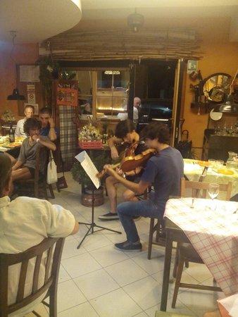 Osteria Caffe del Borgo: Clienti-violinisti Per Una serata speciale
