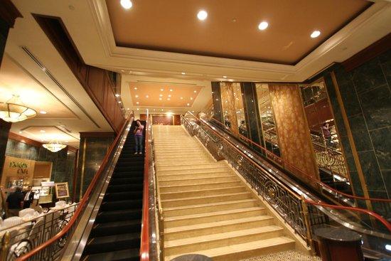 Sheraton Saigon Hotel & Towers: Impressive stairs between Ground and 1st floor