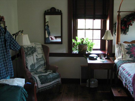 Brownstone Colonial Inn: Partial view of Queen Anne room