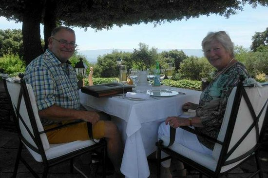 Martine en Luc van B&B Maison du Bonheur genieten van restaurant Les Bories