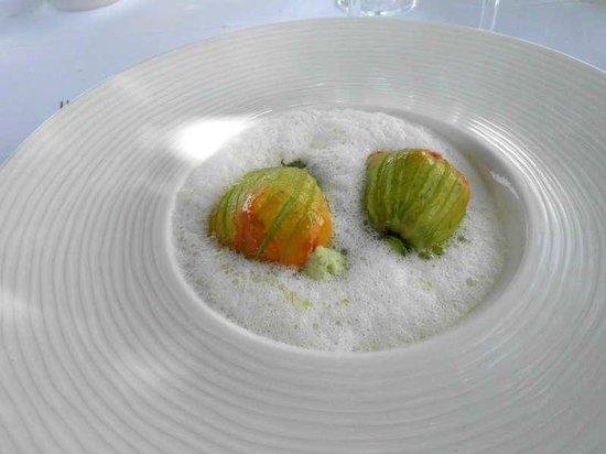 Restaurant Les Bories : Les fleurs de courgettes  Soufflées au basilic, les queues en fricassée, émulsion légère à l'hui