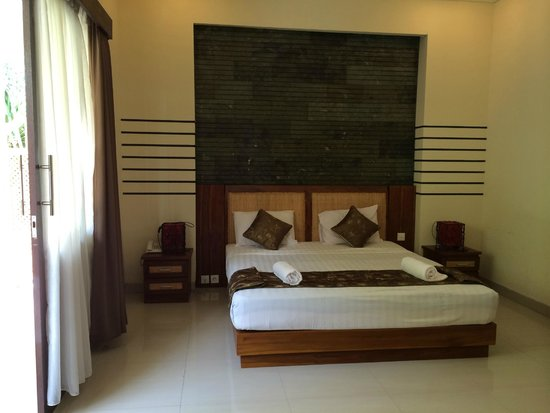 Putri Ayu Cottages: bed