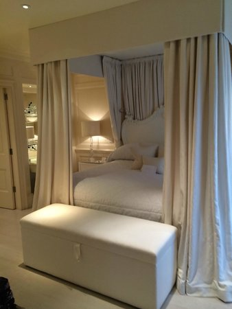 Belmond Le Manoir aux Quat'Saisons: Four-poster kingsized bed