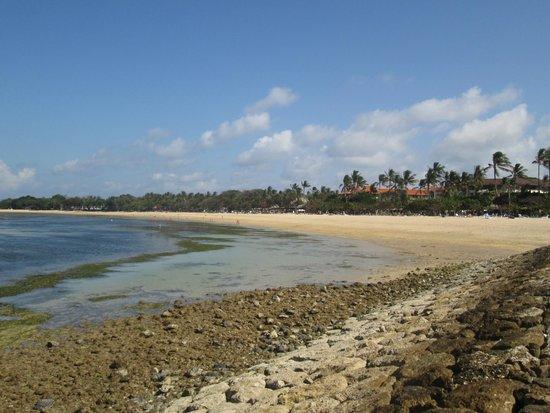 Nusa Dua Beach Hotel & Spa: plage à marée basse et vue de l'hôtel
