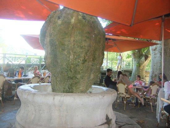Brasserie de l'Etoile : la fontaine sous les parasols, synonyme de déjeuner à la fraicheur.