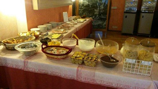 Biondi Hotel: buffet sala colazioni
