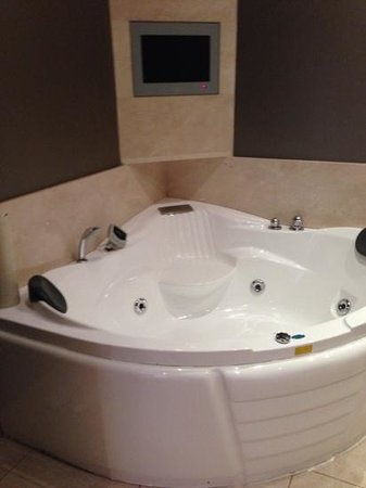 Muckross Park Hotel & Spa: bathtub in pres suite