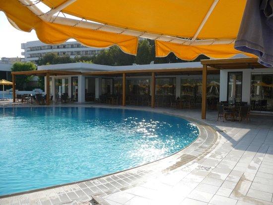 Mitsis Grand Hotel: Restaurants around the pool.