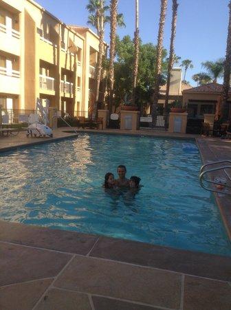 Courtyard Palm Springs : Un bagno in piscina con 41 gradi!!