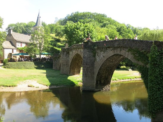 Le Vieux Pont : The restaurant and hotel sit at either end of the narrow bridge
