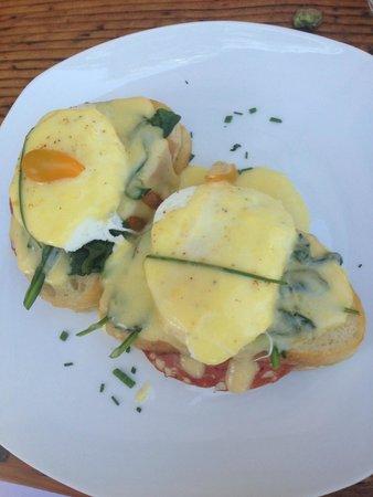 The Hanford House Inn: eggs benedict